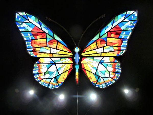 天井にある巨大チョウのオブジェ