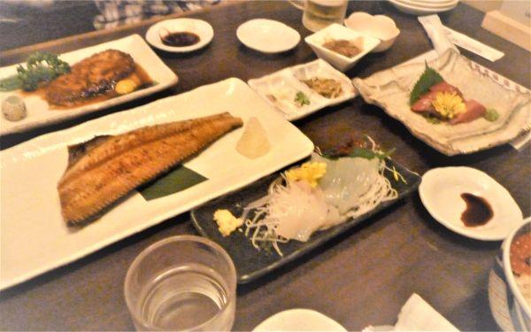 テーブルに並んだ海鮮料理