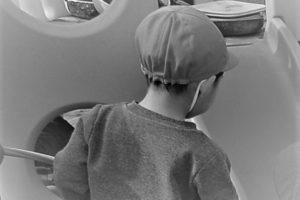 保育園で遊ぶ息子の後ろ姿